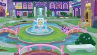 Twilight and Starlight in the fountain square S8E1
