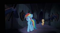Rainbow Dash e Applejack trotando pelo corredor dos cascos T4E03
