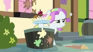 S07E14 Coconut Cream trzyma lodowy deser