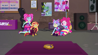 Sunset, Pinkie, K-Lo, and Su-Z look at Time Twirler EGSBP
