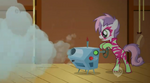 Sweetie Belle encendiendo la maquina de humo