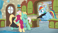 Zephyr Breeze hugging his proud parents S6E11