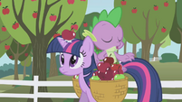An apple hitting Twilight in the head S01E03