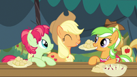 Applejack having fun S3E8
