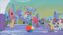 Pinkie Pie juggling on beach ball S3E2