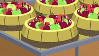 Barrels of apples in Big McIntosh's cart S7E8