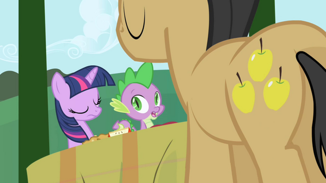 Файл:Golden Delicious comes by to drop off more food S1E01.png