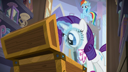 Rarity examines the other artifacts S8E17