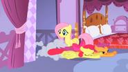 S01E17 Apple Bloom i Scootaloo wlatują do sypialni Rarity