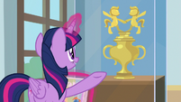 Twilight presents Pony Pal Contest trophy S9E7