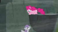 Maud points off-screen under the ledge S7E4