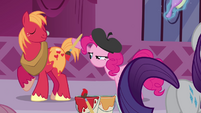 Pinkie Pie painting Big Mac S3E5