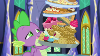 Spike carrying a large pile of food S8E24
