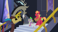 Discord ready for guys' night with Spike and Big Mac S6E17