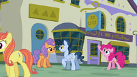Pinkie Pie pointing to a restaurant S6E12