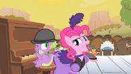 S01E21 Spike gra do piosenki Pinkie