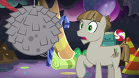 Mudbriar looking at a pebble pinata S8E3