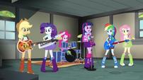 Rainbooms rehearsing in Applejack's garage EG2
