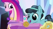 S06E16 Crystal spogląda na Flurry Heart