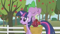 Spike tirando la manzana
