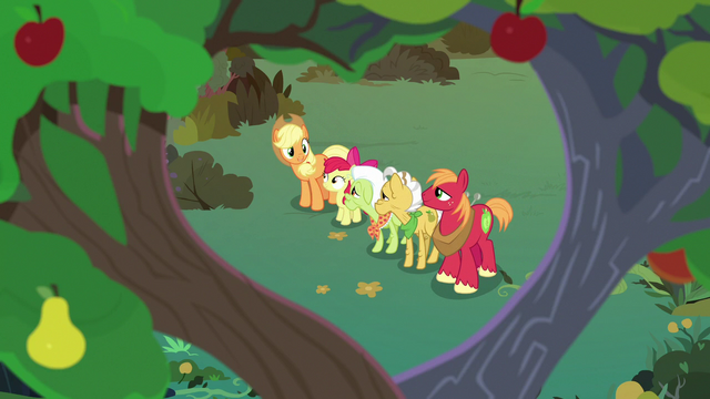 File:Apple family united under Mac and Buttercup's tree S7E13.png