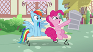 S07E18 Pinkie ekscytuje się newsami z gazety