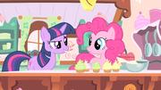Twilight contando a sua ideia para Pinkie T1E20