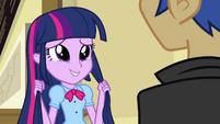 Twilight segurando seu cabelo EG