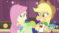 Applejack giving Fluttershy her cue EGDS35