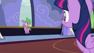 S06E25 Twilight spoglądająca na Spike'a