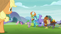Spike guides race leaders to Friends and Family Day S8E1