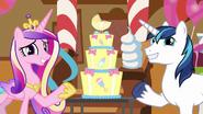 S05E19 Cadance i Shining Armor wskazują na tort