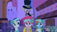 S02E26 Spike stojący na Pinkie Pie