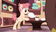S07E12 Sprzedawczyni nalewa herbatę