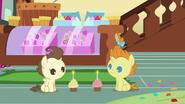 S07E19 Pound i Pumpkin Cake patrzą na swoje babeczki