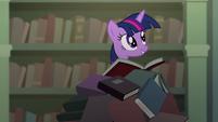 Twilight em uma pilha de livro T4E03