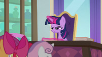 Twilight glares at the CMC in disappointment S8E12
