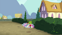 Angry mob of foals at Diamond Tiara's house S4E15