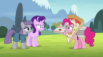 Pinkie Pie pretending to deliver pizzas S7E4