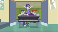 Rarity entrando en un piano