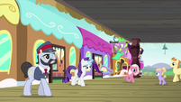 Rarity gets off the Friendship Express MLPS1