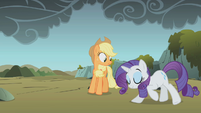 Rarity bowing Applejack suspicious S1E7