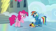 S07E23 Pinkie mówi, że zrobiła to ciasto specjalnie dla Rainbow