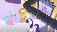 Applejack looking at the ceiling S6E10