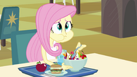Fluttershy comendo seu almoço EG