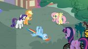 S01E07 Rainbow leży przestraszona