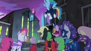 S04E6 Power Ponies przed starą fabryką
