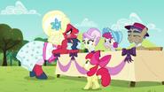 S05E17 Orchard Blossom rozmawia z sędziami