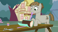 Wrapping paper falls off of Mudbriar's present S8E3