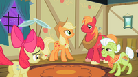 The Apple family happy because Apple Bloom discovered her talent S2E06